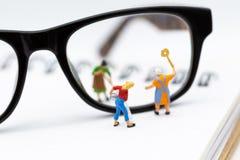 Miniaturleute: Arbeitskraft wischen die Gläser ab Bildgebrauch für Hintergrundgeschäftskonzept Lizenzfreies Stockbild