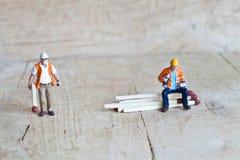 Miniaturleute in der Aktion mit Matchsticks Lizenzfreies Stockbild