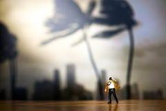 Miniaturleute: der Geschäftsmann und Bindung, die im Wind durchbrennen, stehen wi Stockfotos