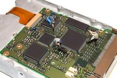 Miniaturleute, die das Festplattenlaufwerk reparieren Eine defekte Computerausrüstung Abbildungen der Leute Das Team von Angestel Stockbild