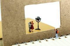 Miniaturleute: Fotografschießen ein paar Liebe stockbilder