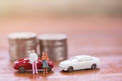 Miniaturleute: Geschäftsmann und Frauen, die mit Schritt von Co stehen stockfotografie
