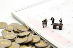 Miniaturleute: Geschäftsmann und Leute für Evaluate mit für lizenzfreie stockbilder