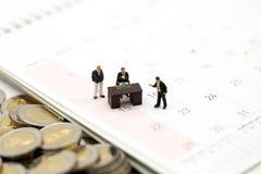 Miniaturleute: Geschäftsmann und Leute für Evaluate mit für stockfotos