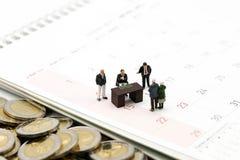 Miniaturleute: Geschäftsmann und Leute für Evaluate mit für lizenzfreie stockfotos