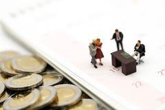 Miniaturleute: Geschäftsmann und Leute für Evaluate mit für lizenzfreie stockfotografie