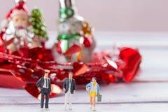 Miniaturleute: Geschäftsmannzahlen, die auf dem Bodenesprit stehen Stockfotografie