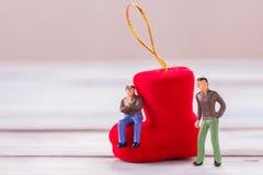 Miniaturleute: Geschäftsmannzahlen, die auf dem Bodenesprit stehen Lizenzfreies Stockbild