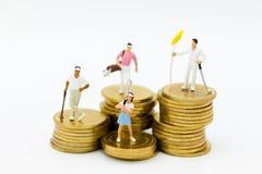 Miniaturleute: Golfspieler, die auf Münzen stehen Bildgebrauch für Bildgebrauch für Sport, Tätigkeiten, Hobbykonzept lizenzfreies stockfoto