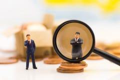 Miniaturleute, Gruppe Geschäftsmänner arbeiten mit Team mit als Hintergrund Wahl des bestgeeigneten Angestellten, Stockfotos