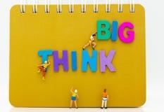 Miniaturleute: Gruppen-Athleten klettern auf Buch mit DENKEN DEN GROSSEN hölzernen Text Bildgebrauch für Tätigkeiten, Reise, Gesc stockbilder