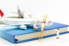 Miniaturleute: Gruppenarbeitskraft reparieren die Fläche Bildgebrauch für Wartung, Verbesserung, Geschäftskonzept stockfoto
