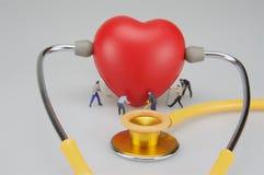 Miniaturleute interessieren sich das Herz stockfoto