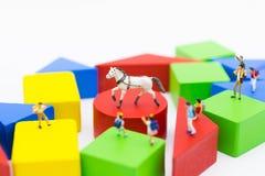 Miniaturleute: Kinder besichtigen den Zoo zum Lernen des Platzes Imag Stockfotografie