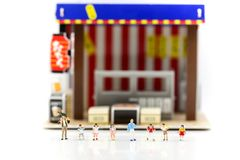 Miniaturleute: Kinder und Student mit Café, Restaurant, i lizenzfreies stockfoto