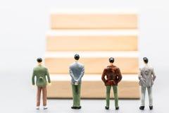 Miniaturleute: kleine Zahlen Geschäftsmänner stehen und betrachten w Lizenzfreies Stockbild