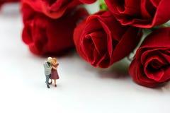 Miniaturleute: Paare der Liebe mit Rotrose, -liebhaber oder -valenti Stockfotografie