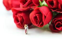 Miniaturleute: Paare der Liebe mit Rotrose, -liebhaber oder -valenti Stockfoto