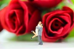 Miniaturleute: Paare der Liebe mit Rotrose, -liebhaber oder -valenti Stockbild