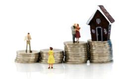 Miniaturleute: Paare der Liebe mit Stapel von Münzen und von Minih Stockbild