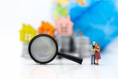 Miniaturleute: Paare, die nach Wohnung während der Zukunft nach Heirat suchen stockbilder