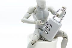 Miniaturleute: Robotermodell mit Hauptschlüsselkodierung Bildgebrauch für Hintergrundsicherheitssystem, Kerbe, Geschäftskonzept lizenzfreie stockbilder