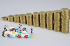 Miniaturleute sind zerstörte Medizin lizenzfreie stockfotos