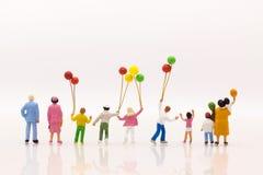 Miniaturleute: Spielballon der Kinder zusammen mit Spaß mit als internationaler Tag des Hintergrundes des Familienkonzeptes Lizenzfreies Stockbild