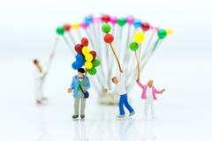 Miniaturleute: Spielballon der Kinder zusammen mit Spaß mit als internationaler Tag des Hintergrundes des Familienkonzeptes Stockfotos