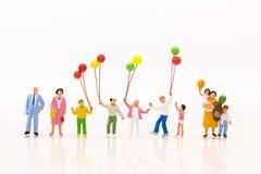 Miniaturleute: Spielballon der Kinder zusammen mit Spaß, usin Stockbilder