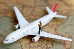 Miniaturleute verbinden den Liebhaber, der auf Flugzeug, reizendes conce steht Lizenzfreies Stockbild