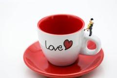 Miniaturleute: Verbinden Sie den Liebhaber, der mit Schale weg vom Kaffee, lo steht Lizenzfreies Stockbild