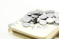 Miniaturleute: Verbinden Sie oldman, die Familie, die mit Notizbuch a steht stockbilder