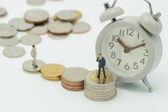 Miniaturleutegeschäftsmänner, die Aufgliederung und Bewertung des Portefeuilles oder inv stehen stockfoto