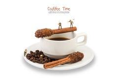 Miniaturmannarbeit über Kaffeetasse mit Sugar Stick Cinnamon Lizenzfreies Stockbild