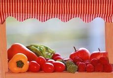 Miniaturmarktstall mit verschiedenen Obst und Gemüse stockbilder