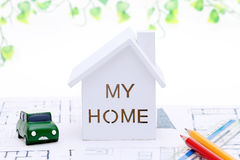 Miniaturmodell des Hauses auf Plänen Lizenzfreie Stockfotos