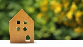 Miniaturmodell des Hauses mit Blume stock footage