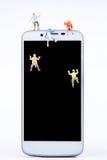 Miniaturowa malutka zabawki drużyna arywiści wspina się na krawędzi sma Zdjęcie Royalty Free