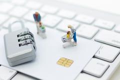 Miniaturowa osoba: kupujący pcha wózek na zakupy z kredytową kartą Wizerunku use dla ochrony używać internet robić zakupy online Zdjęcie Stock