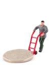 Miniaturowa postać rusza się monetę nad bielem Zdjęcia Royalty Free
