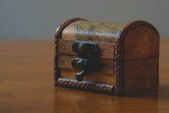 Miniaturowa retro antykwarska drewniana klatka piersiowa fotografia stock