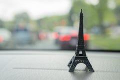 Miniaturowa wieża eifla na Samochodowej desce rozdzielczej Obrazy Royalty Free