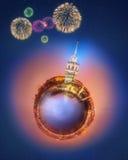 Miniaturowa Ziemska planeta z budynkami, przyciąganiami i fajerwerkami Istanbuł wszystkie, Obraz Stock