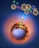 Miniaturowa Ziemska planeta z budynkami, przyciąganiami i fajerwerkami Istanbuł wszystkie, Zdjęcia Royalty Free