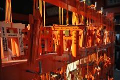 Miniaturowe torii bramy przy Fushimi Inari świątynią w Kyoto, Japonia Fotografia Stock
