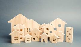 Miniaturowi drewniani domy mieszka? nieruchomo?ci dom?w prawdziwego czynszu sprzeda?y city aglomeracja i urbanizacja Rynek Nieruc zdjęcia royalty free