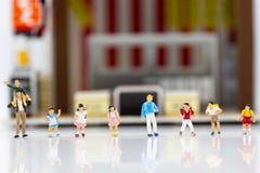 Miniaturowi dzieci: Grupa dzieci stoi z grodzkim centrum Fotografia Royalty Free