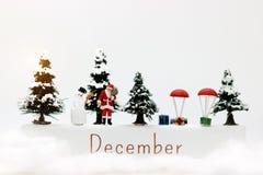 Miniaturowi ludzie: Święty Mikołaj i dzieciaki bawić się zabawę z śniegiem CH Zdjęcie Royalty Free