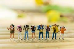 Miniaturowi ludzie: Backpacker Podróżuje jako drużyna Obraz Stock